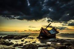 Pescador de la salida del sol y del barco Fotografía de archivo libre de regalías