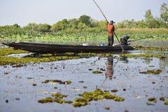 Pescador de la silueta en la pesca de la acción Imagenes de archivo