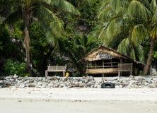 Pescador de madera Cabin del viejo abandono con el banco de madera debajo de las palmeras en la isla Imagen de archivo