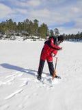 Pescador del hielo con un taladro del hielo de la mano Fotos de archivo