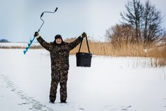 Pescador del hielo en el lago del invierno Fotografía de archivo