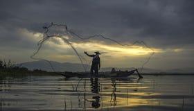 Pescador del lago Bangpra en la acción Imágenes de archivo libres de regalías