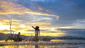 Pescador del lago Bangpra en la acción al pescar por la mañana de la sol Fotografía de archivo
