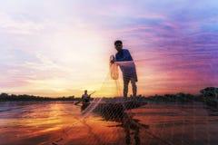 Pescador del lago en la acción al pescar Fotos de archivo libres de regalías