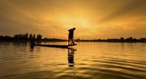 Pescador del lago en la acción al pescar Imagen de archivo libre de regalías