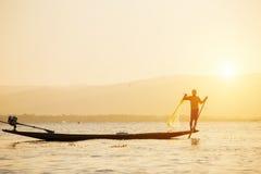 Pescador del lago en la acción al pescar Foto de archivo libre de regalías