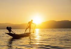 Pescador del lago en la acción al pescar Fotos de archivo
