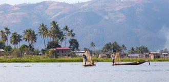 Pescador del lago en la acción, Myanmar Inle Foto de archivo libre de regalías