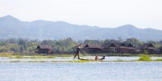 Pescador del lago en la acción, Myanmar Inle Imagen de archivo libre de regalías