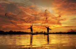 Pescador del lago en la acción al pescar Fotografía de archivo