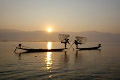 Pescador del lago Inle en la acción al pescar Imagenes de archivo