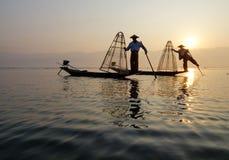 Pescador del lago Inle en la acción al pescar Fotos de archivo libres de regalías