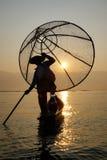 Pescador del lago Inle en la acción al pescar Foto de archivo libre de regalías