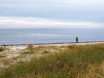 Pescador del pescador por el mar Imágenes de archivo libres de regalías