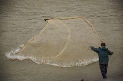 Pescador del río en la acción al pescar Fotos de archivo