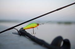 Pescador del tiempo de la pesca? en el lago, cerca a la puesta del sol Imagen de archivo libre de regalías