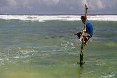 Pescador del zanco en Sri Lanka Imagenes de archivo