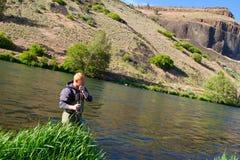 Pescador Deschutes River de la mosca fotos de archivo libres de regalías