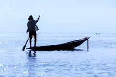 Pescador do enfileiramento do pé - lago Inle - Myanmar (Burma) Imagens de Stock Royalty Free