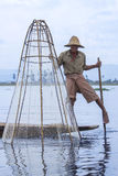 Pescador do enfileiramento do pé - lago Inle - Myanmar Fotografia de Stock