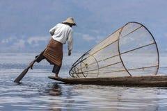 Pescador do enfileiramento do pé - lago Inle - Myanmar Foto de Stock