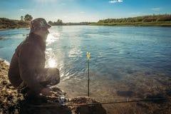 Pescador do homem no banco de rio fotos de stock