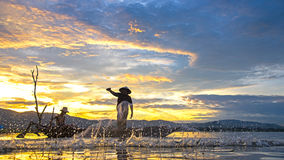 Pescador do lago Bangpra na ação ao pescar na manhã da luz do sol Fotografia de Stock
