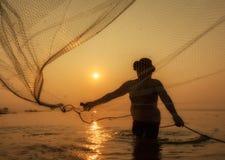 Pescador do lago Bangpra na ação ao pescar, Tailândia Fotos de Stock Royalty Free