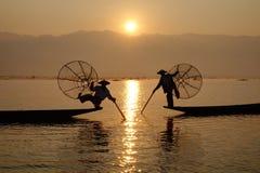 Pescador do lago Inle na ação ao pescar Fotos de Stock