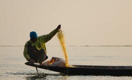 Pescador do lago Inle na ação ao pescar Fotos de Stock Royalty Free