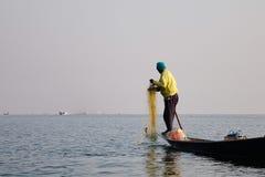 Pescador do lago Inle na ação ao pescar Fotografia de Stock