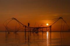 Pescador do lago na ação ao pescar Imagem de Stock