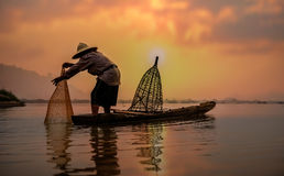 Pescador do lago na ação ao pescar Fotografia de Stock