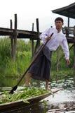 pescador do Pé-enfileiramento no lago Inle, Myanmar Fotografia de Stock