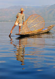 Pescador do rower do pé no lago do inle, myanmar Fotografia de Stock