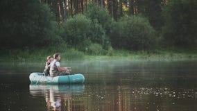 Pescador dos que entra para una afición, pasando el tiempo libre en el lago Sirva el lanzamiento en la cámara su amigo en paisaje almacen de video