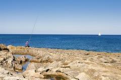 Pescador e iate na ilha de Malta Imagem de Stock Royalty Free