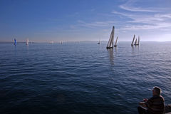 Pescador e sailboats imagem de stock royalty free