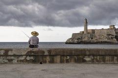 Pescador em Havana Malecon, Cuba Foto de Stock