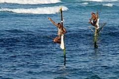 Pescador em peixes da captura das pilhas Foto de Stock