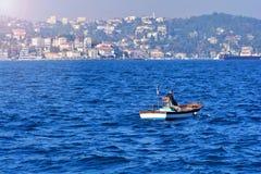 Pescador em um bote no mar fotografia de stock