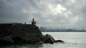 Pescador em um cais Fotografia de Stock Royalty Free