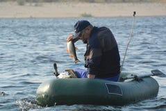 Pescador en barco fotos de archivo