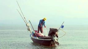 Pescador en el barco metrajes