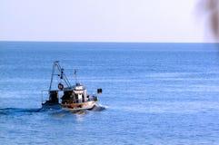 Pescador en el barco fotografía de archivo libre de regalías