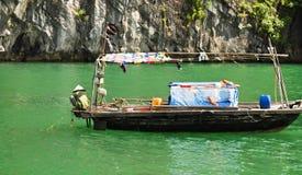 Pescador en el barco fotos de archivo libres de regalías