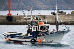 Pescador en el barco imagenes de archivo