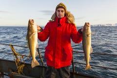 Pescador en el barco con en invierno Imagen de archivo libre de regalías