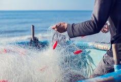 Pescador en el barco con la red en manos foto de archivo libre de regalías