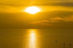 Pescador en el barco en el mar con puesta del sol Foto de archivo libre de regalías